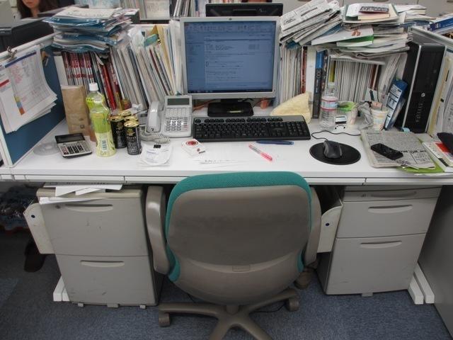 0006_書類だらけの机.jpg