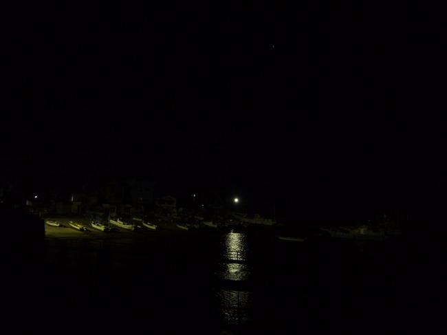 0453_まだ暗い漁港.JPG