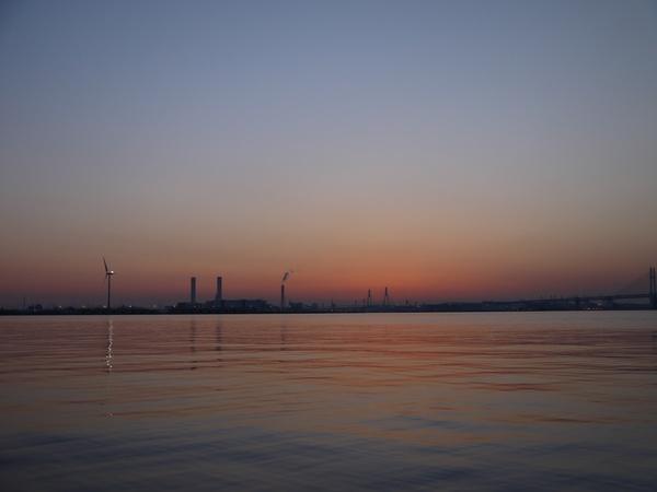 0513_横浜港大鏡面の朝.JPG