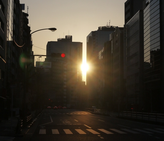 0524_ビルの間から朝焼け.JPG