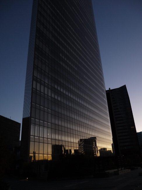 0600_ビルに映る朝焼け.JPG