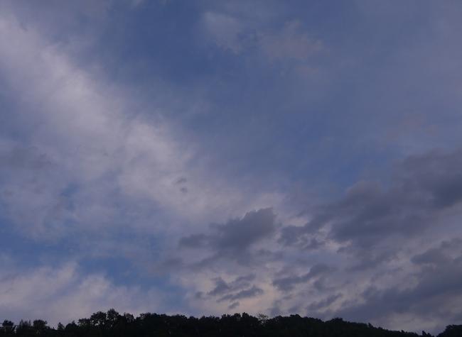 0639_わずかにのぞいた青い空.JPG