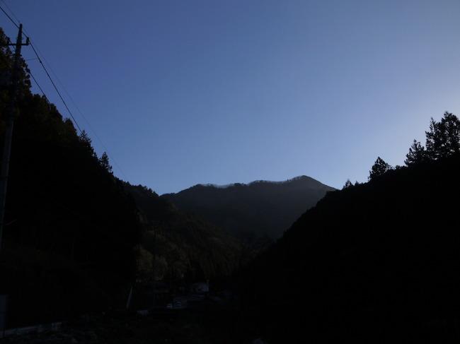 0733_ここで休憩。奥多摩らしい景色.JPG