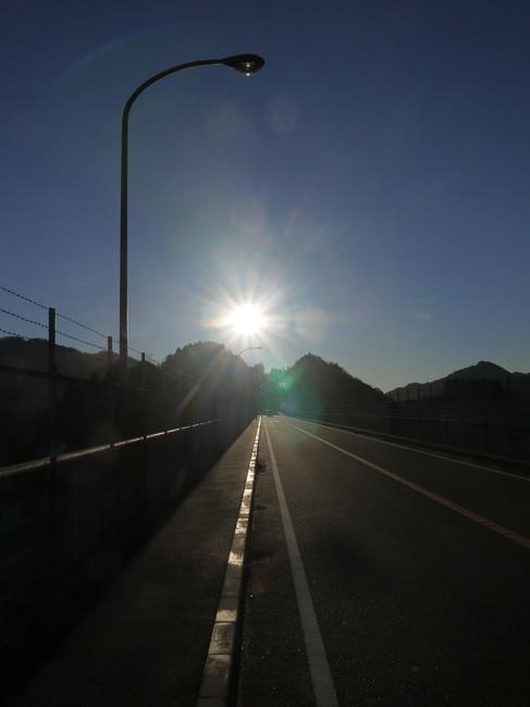 0736_宮ケ瀬のまぶしい朝日.JPG