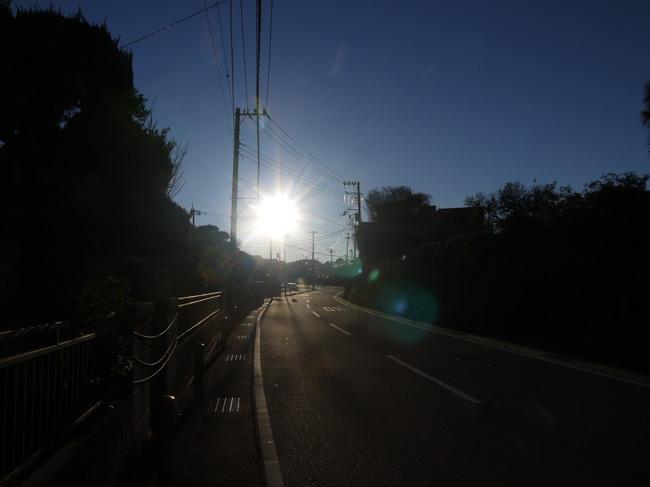 0737_朝日が眩しい県道64号.JPG
