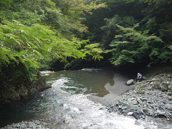 0841_釣り人と深い淵.JPG