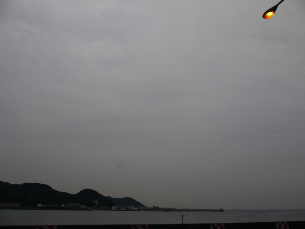 小雨がぱらついた材木海岸.JPG