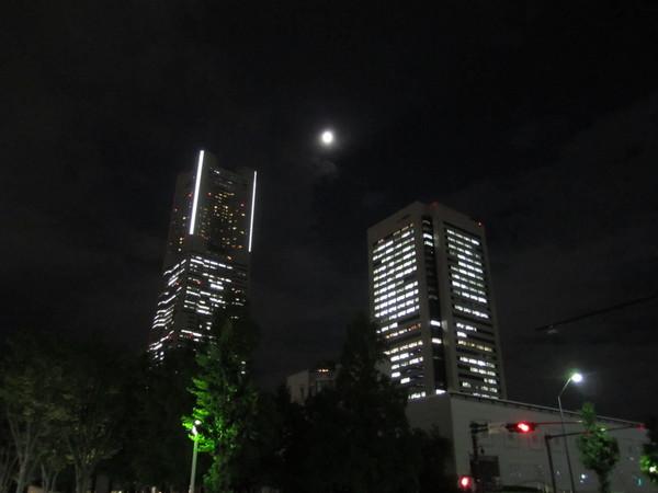 MM_ランドマークと月.JPG